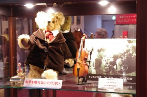 mishki-teddy-muzey-igrushek-Yaponiya-Nagano-18-300x198